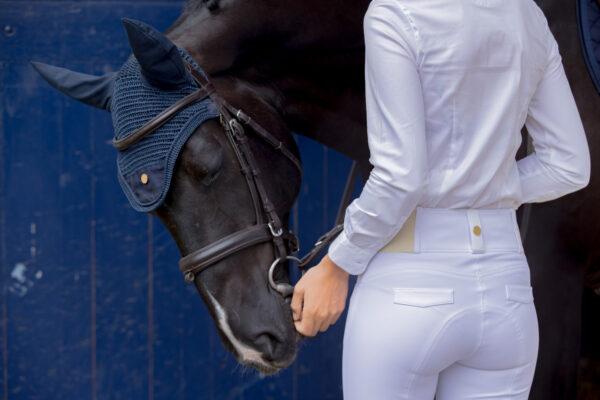 A Tiss B - pantalon romy - femme - pantalon blanc - chemisier blanc - cheval avec bonnet bleu