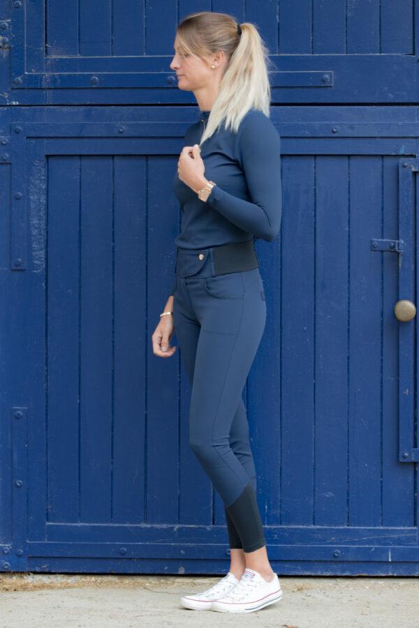 A Tiss B - pantalon romy - femme - photo de profil - bleu- porte - cheveux blonds