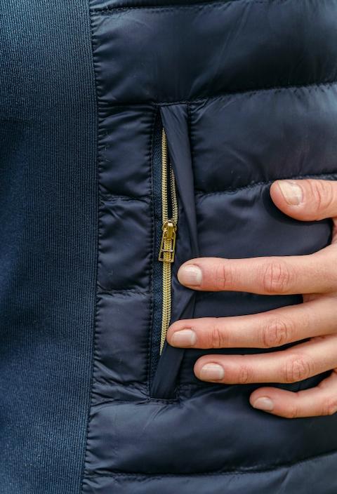 A Tiss B - doudoune - doudoune sans manche - femme - bleu marine - photo d'une poche - fermeture dorée - fermeture éclair