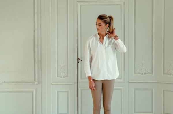 A Tiss B - chemise - voltige - femme - blanc - - pantalon beige - cheveux blonds