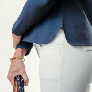 A Tiss B - femme - polo - photo de côté - main - pantalon blanc - bleu marine