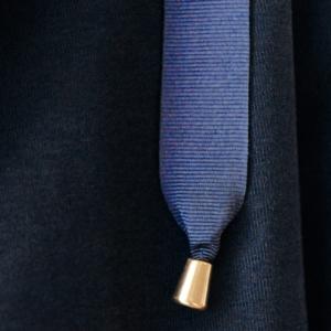 A Tiss B - cordon de capuche - embout doré - bleu marine