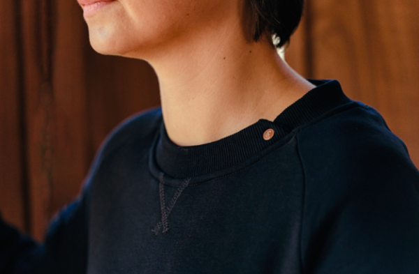 A Tiss B - sweat - femme - bleu marine - bouton doré - photo du col