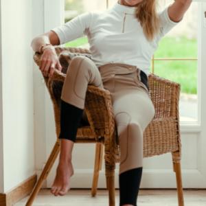 A Tiss B - femme - polo - blanc - fauteuil - rotin- fenêtre - concours