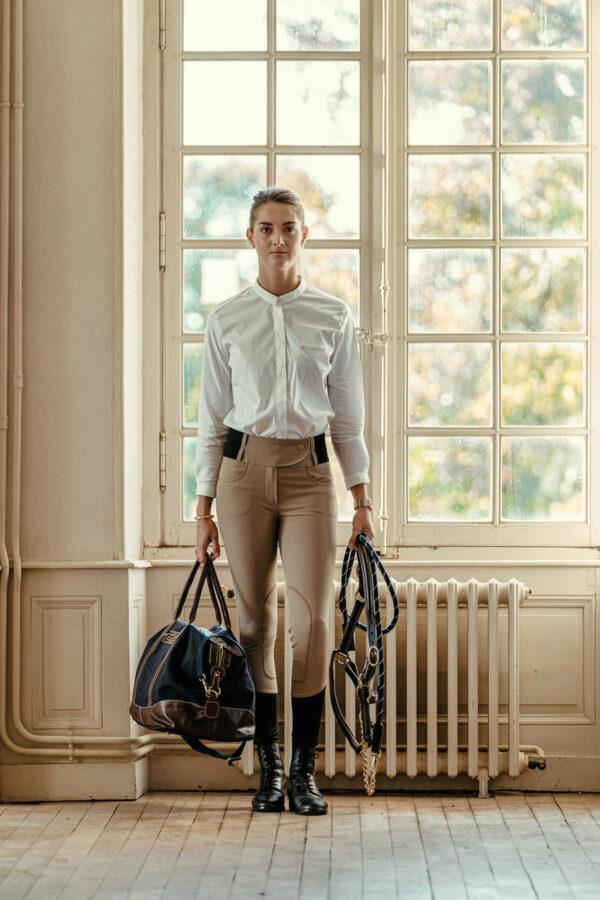 A Tiss B - femme - pantalon beige - pantalon romy - fenêtre - sac - licol - photo de face - Haras national du Lion d'Angers