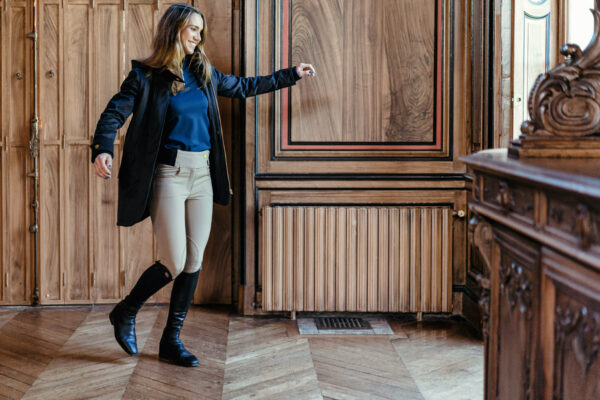 A Tiss B -manteau - manteau long - femme - tee shirt bleu - pantalon beige - boiserie - botte haute