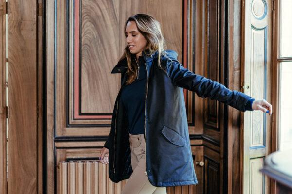 A Tiss B - manteau - manteau long - femme - tee shirt bleu - pantalon beige - boiserie