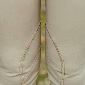pantalon - pantalon romy - Haras national du Lion d'Angers - A Tiss B - femme - beige - herbe - photo au niveau des genoux