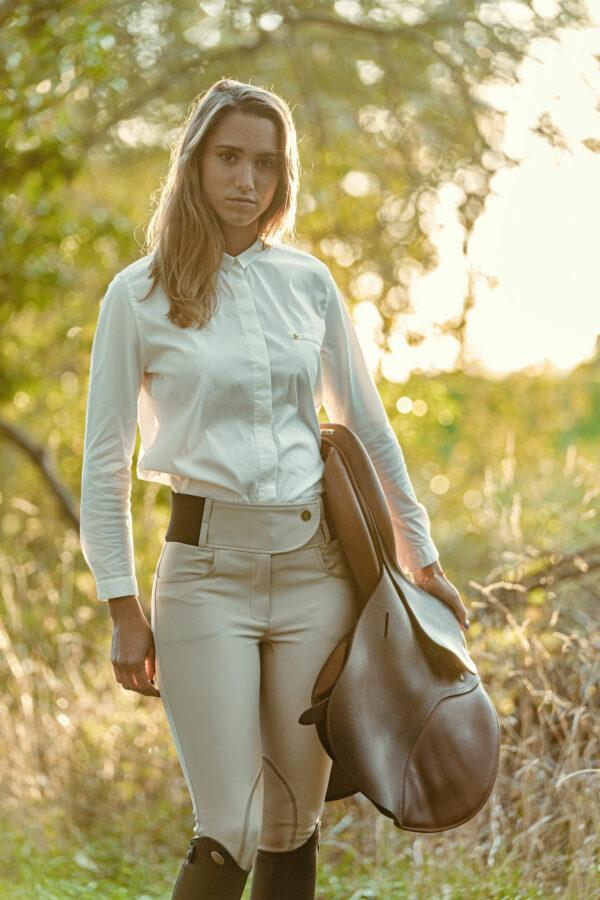 A Tiss B - pantalon Romy - femme - selle de cheval - pré - champs - soleil - pantalon beige - chemisier blanc